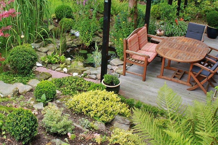 Terrasse mit Gartenmöbeln und Bepflanzung