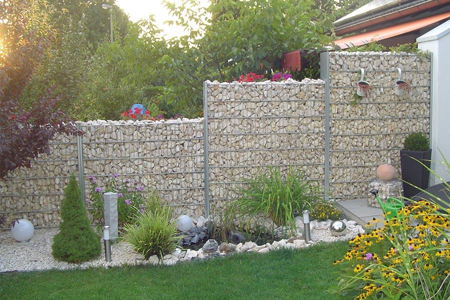 Steingabionen als Sichtschutz im Garten