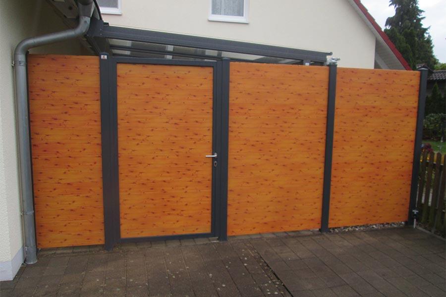 Sichtschutz mit Türe aus Aluminium