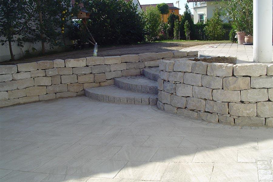 Treppenanlage mit Mauer