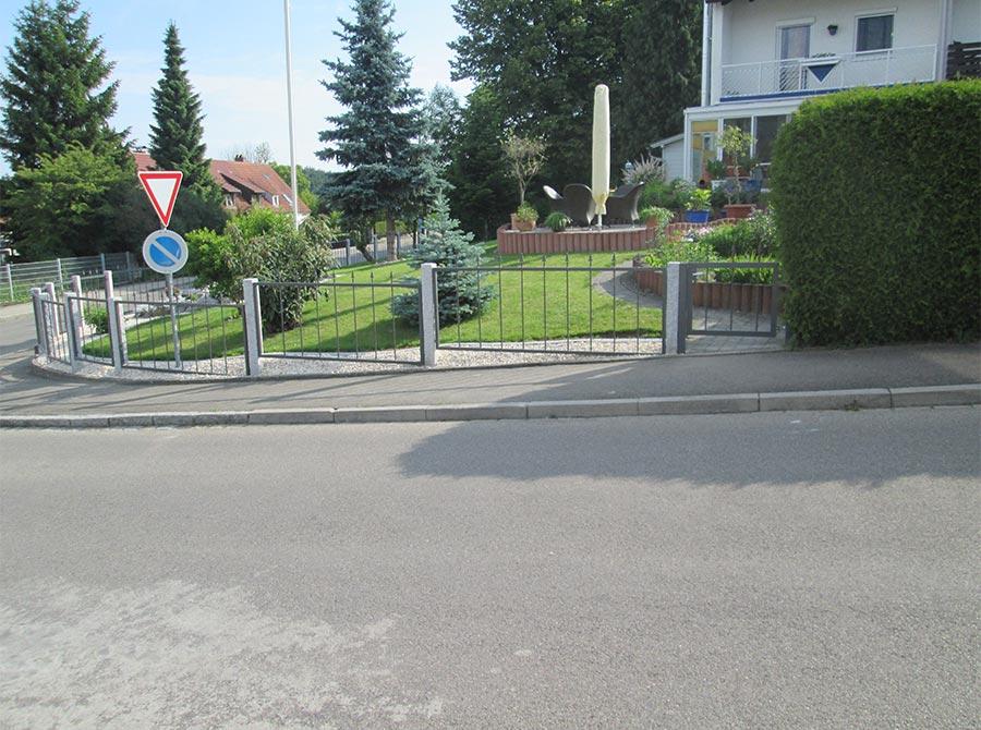 Zaun als Abtrennung von Gehweg und Garten