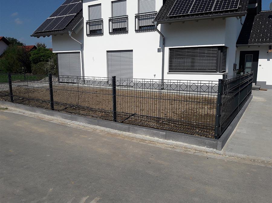 Schwarzer moderner Zaun für den Garten