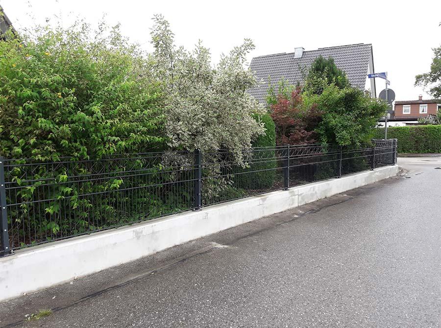 Schwarzer Metallzaun von Kutter Gartengestaltung und Zaunbau