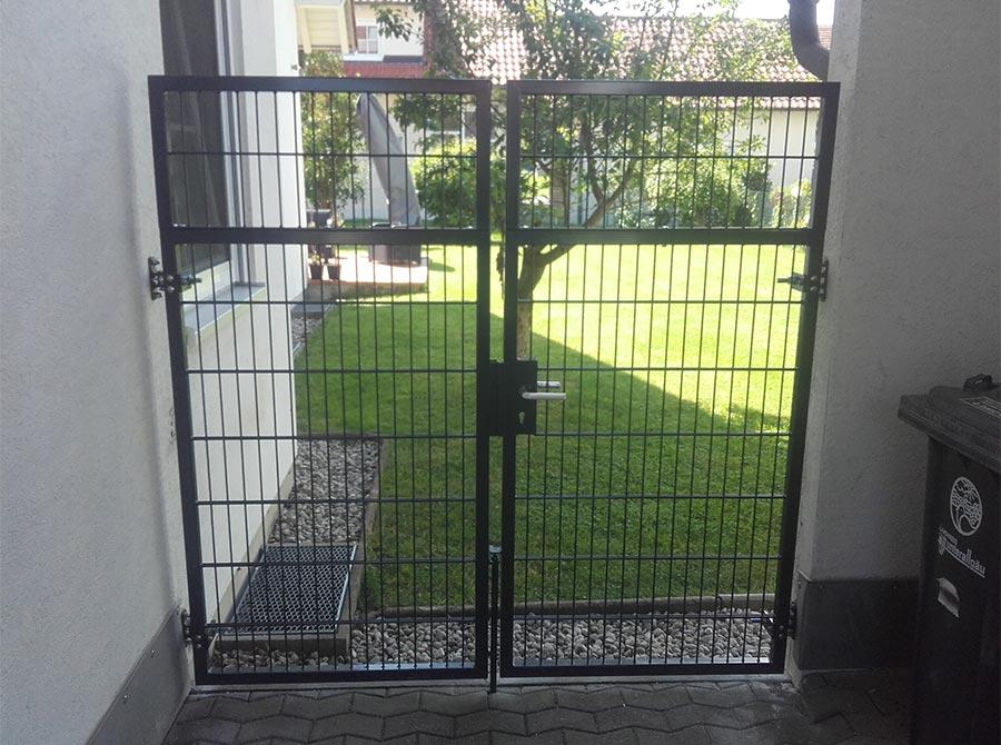 Zaun mit Tür als Schutz