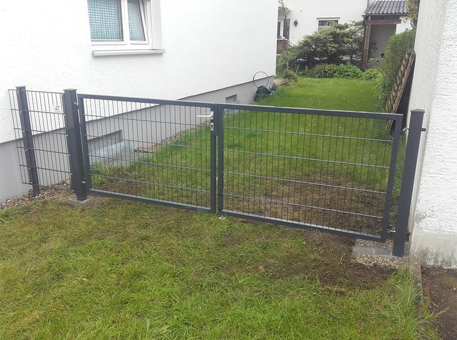 Zaun mit Eingangstür für den Garten
