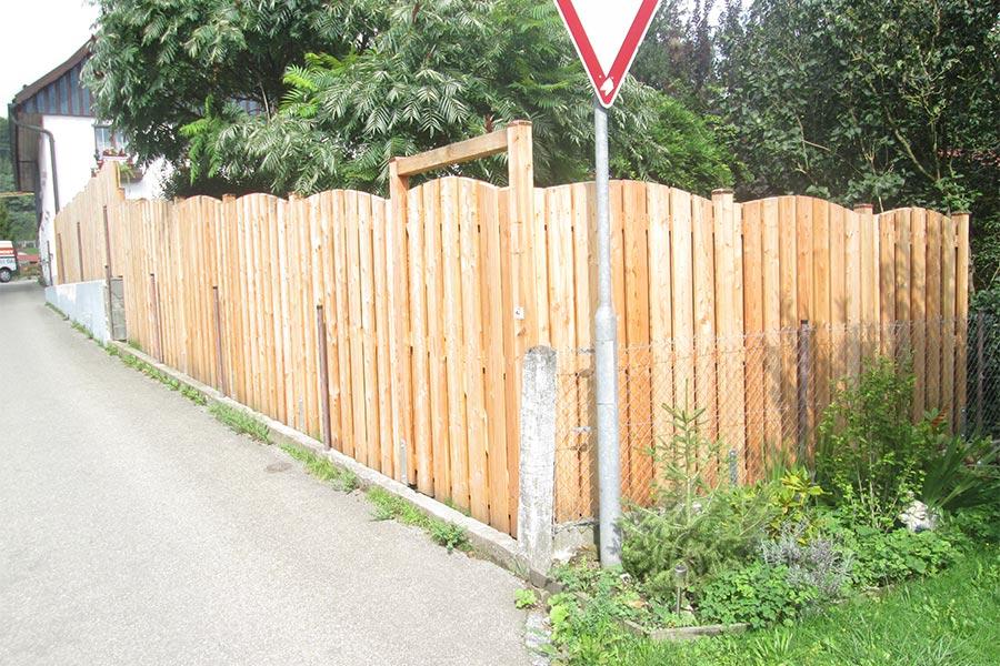Sichtschutz aus Holzbrettern