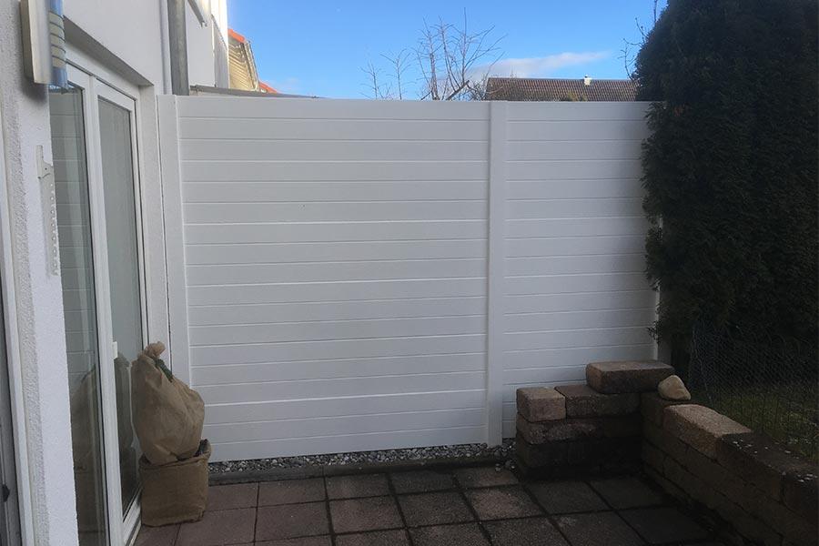 Weißer Sichtschutz von Kutter Gartengestaltung und Zaunbau