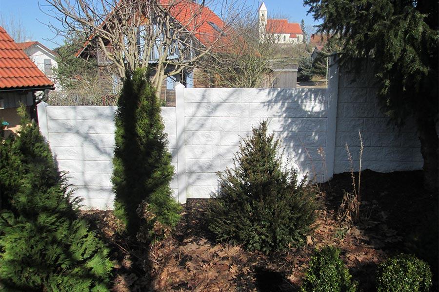 Weißer Sichtschutz in Steinoptik