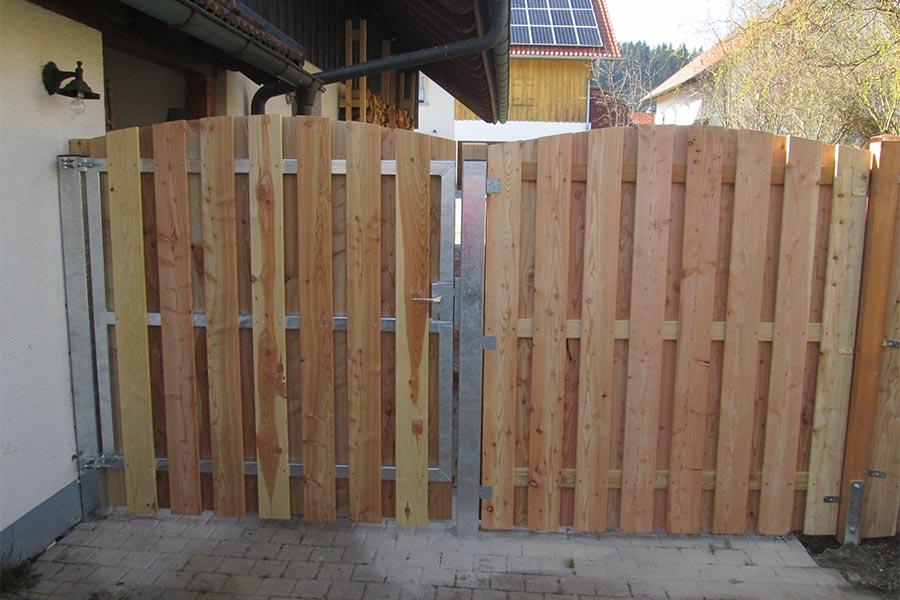 Sichtschutz mit Eingangstor von Kutter Gartengestaltung