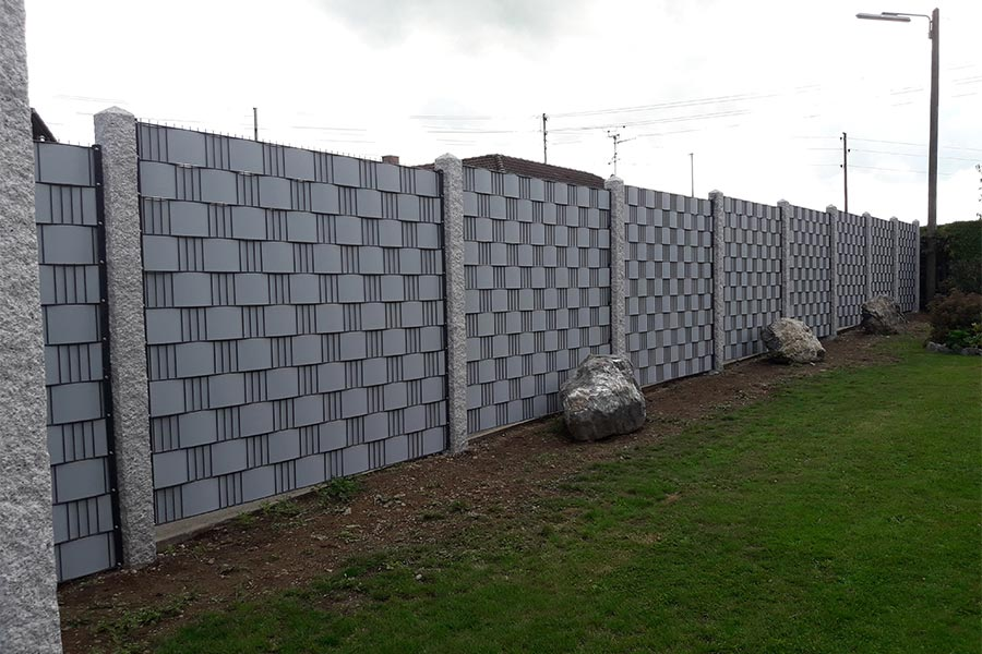 Sichtschutz mit Muster und Granitsäulen