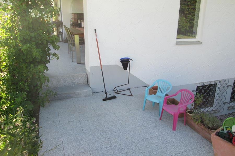 Terrasse und Sitzecke vor dem Haus